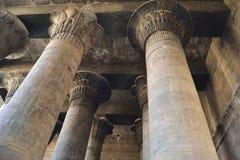 Columnas en un templo egipcio antiguo imagenes de archivo