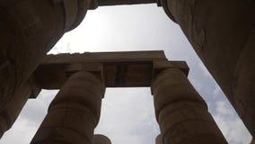 Columnas grandes en el templo de Karnak en Luxor almacen de video