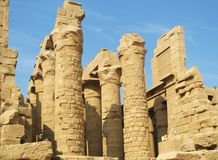 Columnas grandes y ruinas de las paredes de piedra en la ciudad antigua de Luxor en Egipto Fotos de archivo