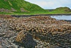 Columnas hexagonales del basalto del terraplén de Giants que llevan abajo en el mar Fotos de archivo libres de regalías