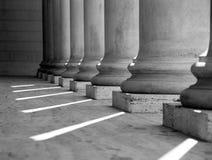 Columnas iónicas (blancos y negros Fotos de archivo