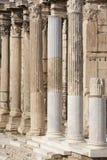 Columnas iónicas en la biblioteca de Hadrians en Atenas Grecia Fotografía de archivo