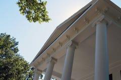 Columnas icónicas y detalle arquitectónico de las cornisas Imagen de archivo libre de regalías
