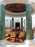 Columnas interiores del verde de la mesa redonda de la sala de reunión Imagen de archivo libre de regalías