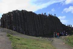 Columnas poligonales de la roca de la lava de basalto del terraplén gigante del ` s foto de archivo libre de regalías