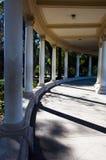 Columnas que se colocan en las sombras de la tarde imagenes de archivo