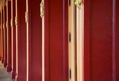 Columnas rojas del edificio fotos de archivo