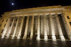 Columnas romanas Templo de Hadrian, Piazza di Pietra Ventanas viejas hermosas en Roma (Italia) noche Imagen de archivo libre de regalías