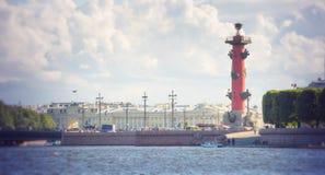 Columnas rostrales en el escupitajo de la isla fuera de la vieja bolsa de acción de St Petersburg, St Petersburg de Vasilievsky Foto de archivo libre de regalías
