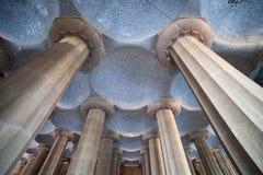 Columnas y bóvedas del sitio hipóstilo en el parque Guell Fotografía de archivo libre de regalías