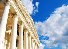 Columnas y cielo imagenes de archivo