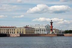 Columnas y edificio rostrales de la bolsa. Foto de archivo libre de regalías