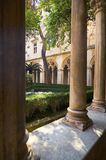 Columnas y jardín imagen de archivo libre de regalías