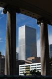 Columnas y rascacielos fotografía de archivo libre de regalías