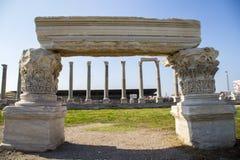 Columnas y ruinas en el ágora de Smyrna con las columnas Esmirna Turquía 2014 Foto de archivo