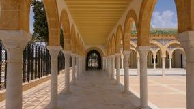Columnata con los arcos en el mausoleo Habib Bourguiba del territorio en la ciudad de Monastir Pista en día soleado del tiro almacen de video