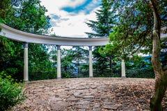 Columnata en el jardín botánico de Yalta foto de archivo