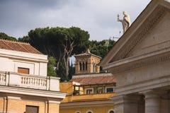 Columnata y edificios en el Vaticano Ventanas viejas hermosas en Roma (Italia) Foto de archivo libre de regalías