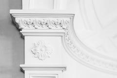 Columnd med stuckaturlättnadsstöpningen, vit inre Royaltyfria Foton