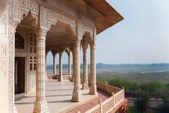 Columned Betrachtungspunkt außerhalb der königlichen Kammern an Agra-Fort Palac Lizenzfreies Stockfoto