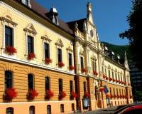 Columned Gebäude Gestalten Sie in der alten Stadt Brasov (Kronstadt), in Transilvania landschaftlich Stockfotos