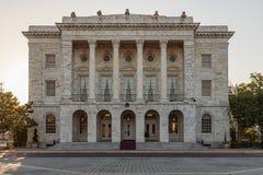 columned korridor hungary f?r byggnadsstad royaltyfria foton