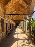 Columned portikstenpelare i moské i Acri Akko Israel royaltyfri bild