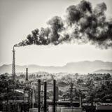 从炼油厂的巨大的烟colums 免版税库存照片