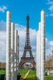 Colums blancs au-dessus de Tour Eiffel dans des Frances de Paris Photographie stock libre de droits