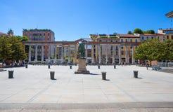 Colums du ` s de Colonne di San Lorenzo Saint Lawrence avec la statue de l'empereur romain Costantino In Milan, Italie Images stock