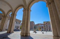 Colums du ` s de Colonne di San Lorenzo Saint Lawrence avec la statue de l'empereur romain Costantino In Milan, Italie Photos libres de droits