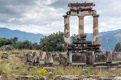 Colums en Athena Pronaia Sanctuary au site archéologique du grec ancien de Delphes, Grèce Photos stock