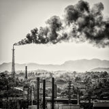 Colums enormes do fumo de uma refinaria de petróleo Fotos de Stock Royalty Free