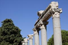 Colums nel cancello occidentale dell'agora Immagine Stock