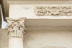 Coluna antiga com estuque e porta em Yaroslavl Imagem de Stock