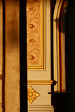 Coluna bonita com teste padrão dourado no templo tailandês, nenhuma propriedade Foto de Stock