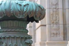 Coluna clássica oxidada na frente da fachada da pedra calcária Fotografia de Stock