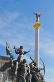 A coluna da independência e o monumento dos fundadores de Kiev fotografia de stock royalty free