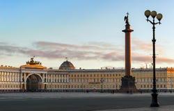 Coluna de Alexander no quadrado do palácio imagens de stock