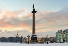 Coluna de Alexander no quadrado do palácio fotografia de stock
