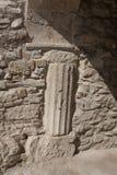 Coluna de apoio acanelado na casa a mais velha em Atenas, Grécia imagem de stock royalty free