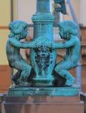Coluna de cobre com figuras de um menino e de uma menina Foto de Stock