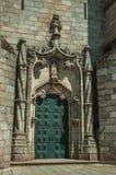 Coluna de espiralamento da porta e da decora??o de pedra em uma catedral imagem de stock