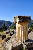 Coluna de mármore Ionian do grego clássico, santuário de Apollo, Delphi, Grécia fotos de stock royalty free