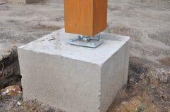 Coluna de madeira no canteiro de obras com parafuso fotos de stock