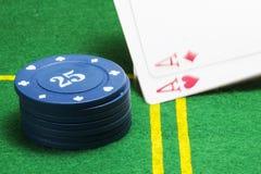 Coluna de microplaquetas de pôquer azuis e do ás dois de queda Imagem de Stock