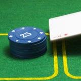 Coluna de microplaquetas de pôquer azuis e um ás de diamantes de queda Imagens de Stock