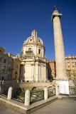 Coluna de Roma Trajan a igreja de St Mary o fórum de Trajan foto de stock