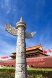 Coluna decorativa erigida na frente do palácio Fotos de Stock Royalty Free