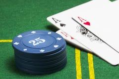 Coluna do close up azul das microplaquetas de pôquer em uma lona verde Imagem de Stock